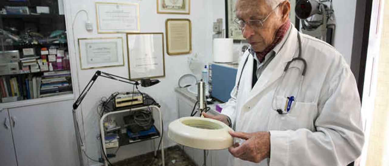 El médico Arístides Hernández en el interior de su consulta, ayer, tras conocer la decisión del Cabildo.