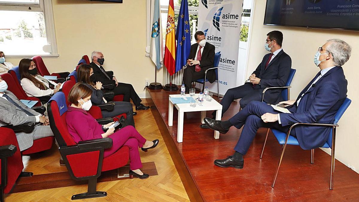 Abel Caballero, Justo Sierra y Francisco Conde, ayer en la sede de la patronal metalúrgica.   | // RICARDO GROBAS