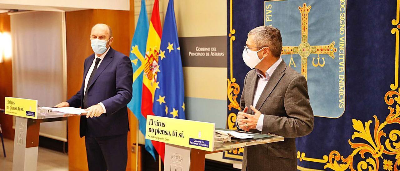 Juan Cofiño –izquierda– y Hugo Morán, ayer, durante la rueda de prensa que siguió a su reunión. | P. A.
