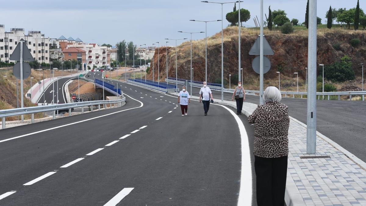 Varios viandantes por el tramo municipal de la ronda Norte, en la mañana de su inauguración.