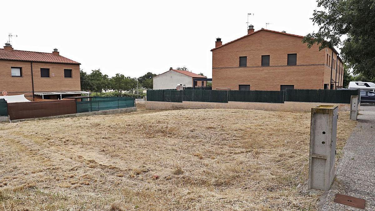 Les dues parcel·les en venda al barri de Palol d'Onyar. | ANIOL RESCLOSA