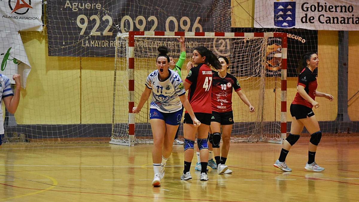 Rebeca López grita eufórica tras anotar el gol de la victoria.