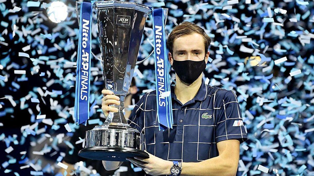 Daniil Medvedev, con el trofeo tras derrotar a Thiem en el partido por el título de las Finales ATP.