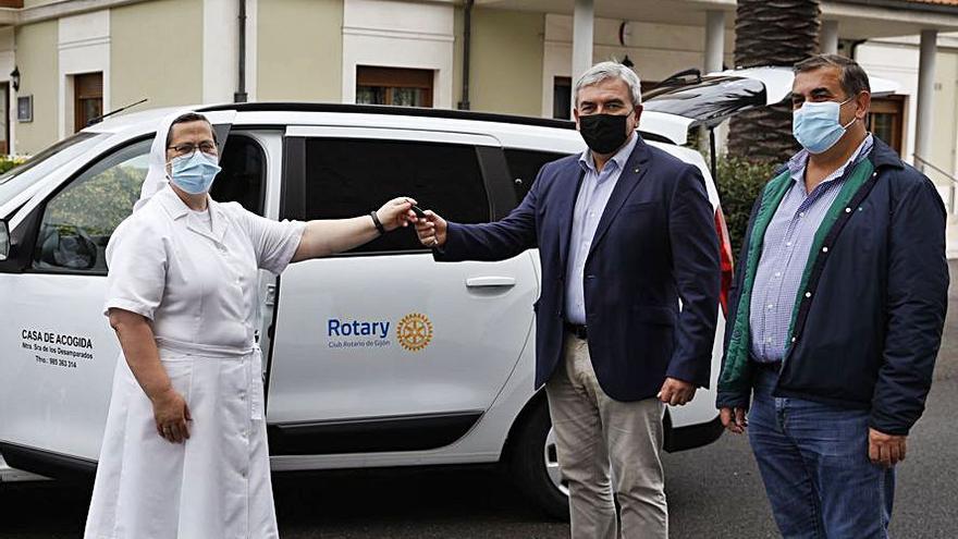 La Casa de Acogida recibe un vehículo donado por los rotarios
