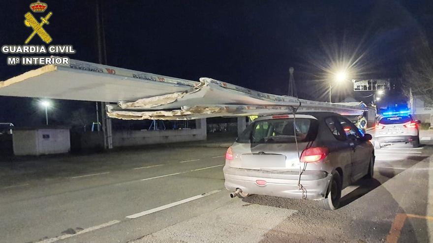 Interceptan en Cambados a un conductor con un tablero de 8 metros sobre el coche