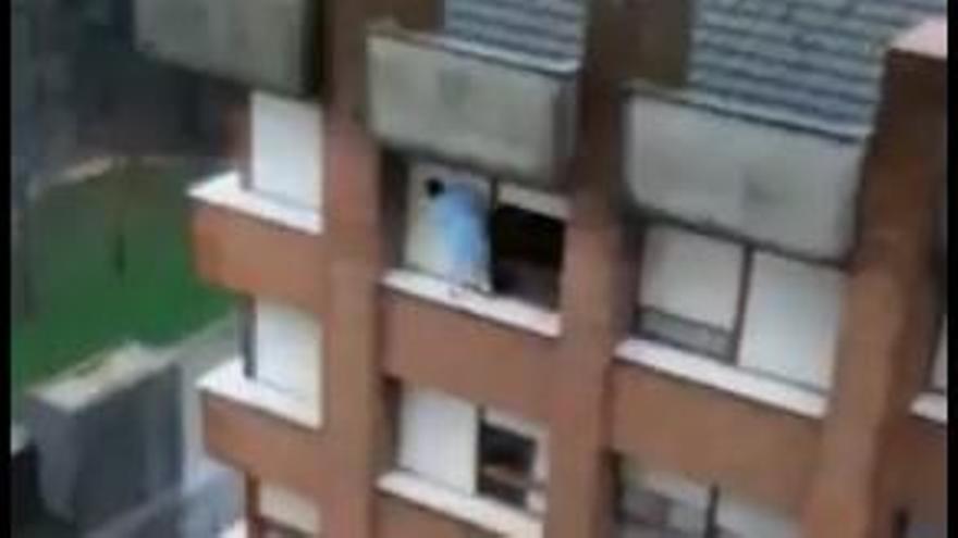 El impactante vídeo de una mujer en Gijón limpiando la ventana en el último piso