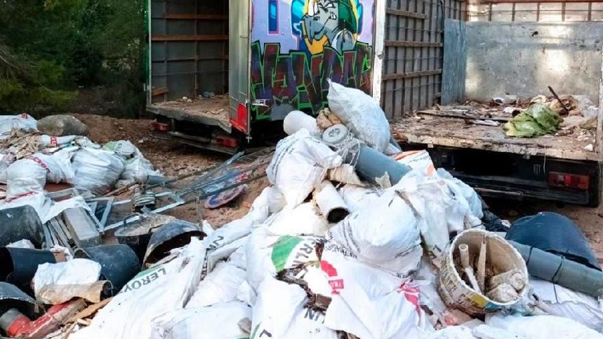 Interceptan dos camiones cuando vertían 20 toneladas de escombros ilegales en Paterna