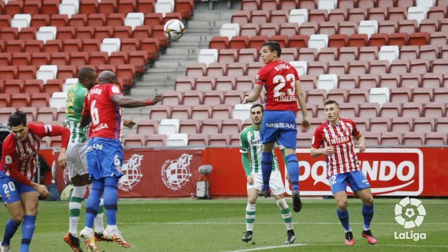 El Sporting cae ante el Betis pese al apoyo del sportinguismo en El Molinón (0-2)