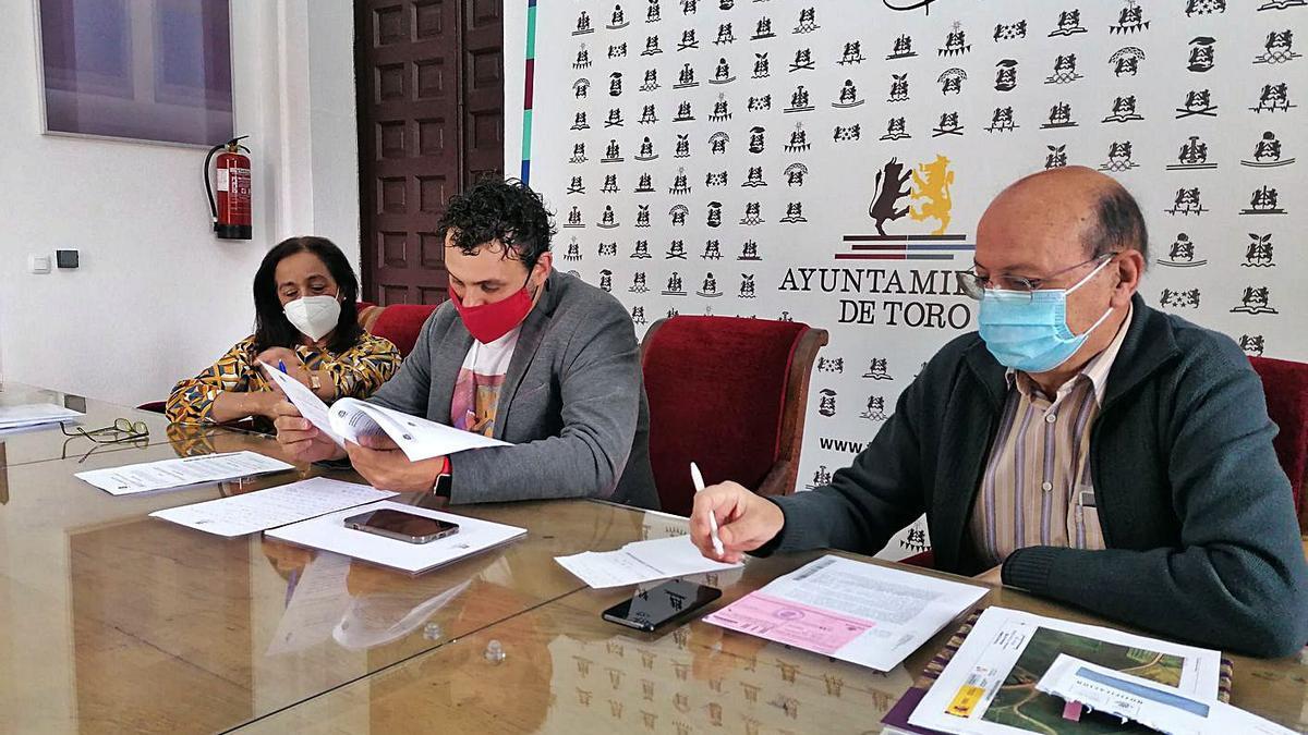 Ángeles Medina, Tomás del Bien (centro) y José Luis Martín presentan el resultado de la auditoría.   M. J. C.