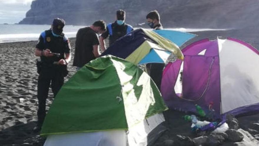 Organizan una acampada en una playa de Tenerife para propagar la Covid-19