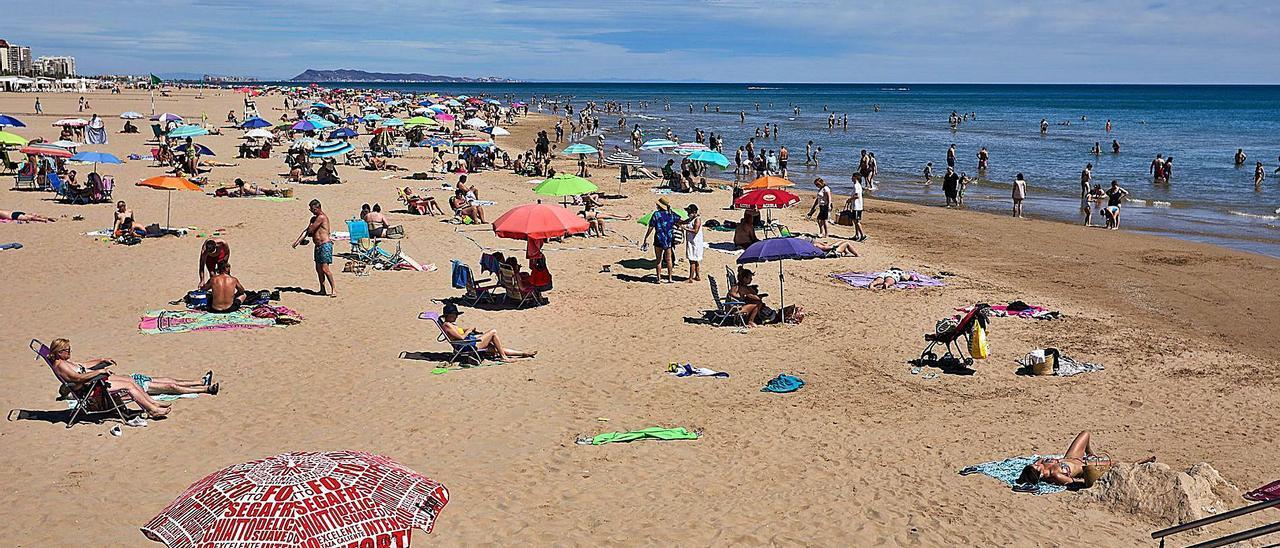 La arena de la playa de Gandia,  en una imagen reciente. natxo francés
