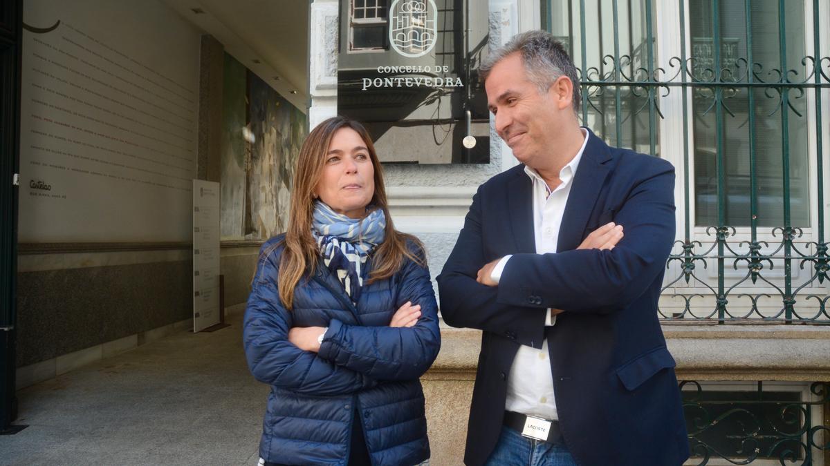 Pepa Pardo y Rafael Domínguez ante el edificio municipal