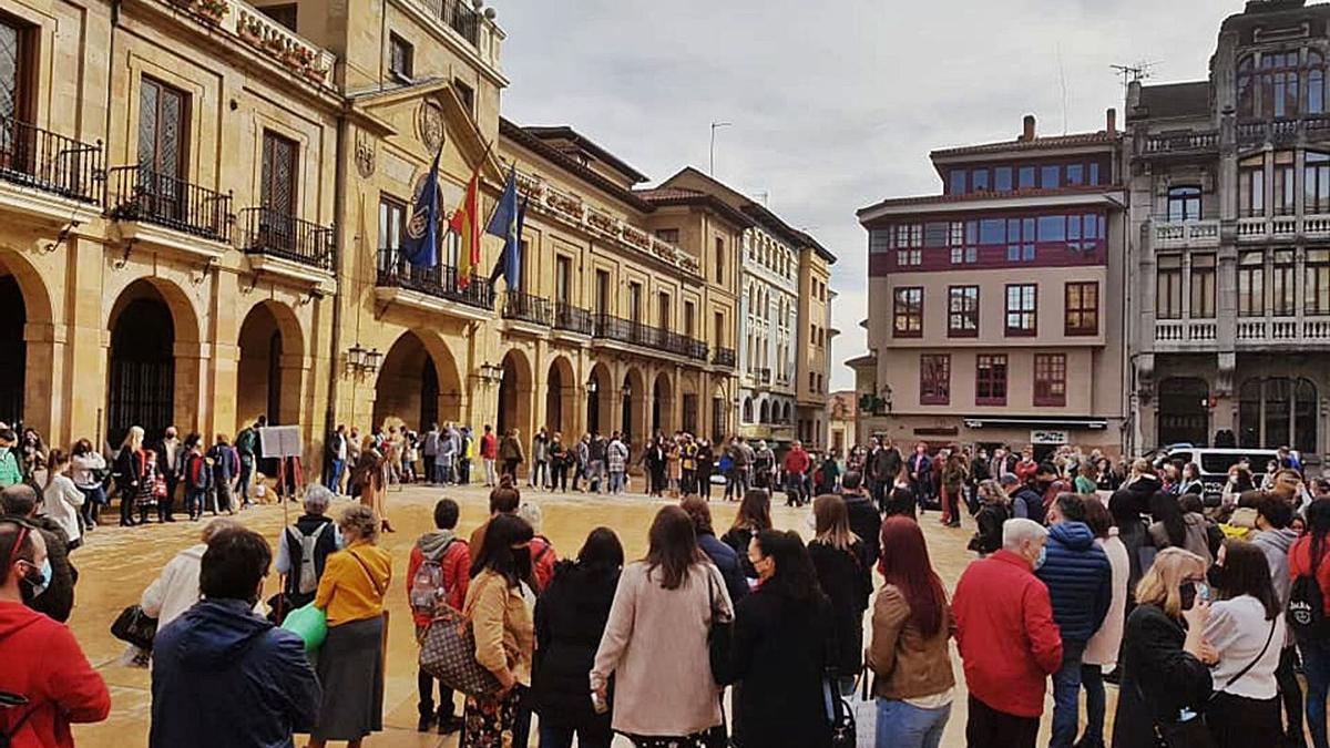 Animalistas concentrados ayer en la plaza del Ayuntamiento, donde les acompañaron ediles del PSOE.
