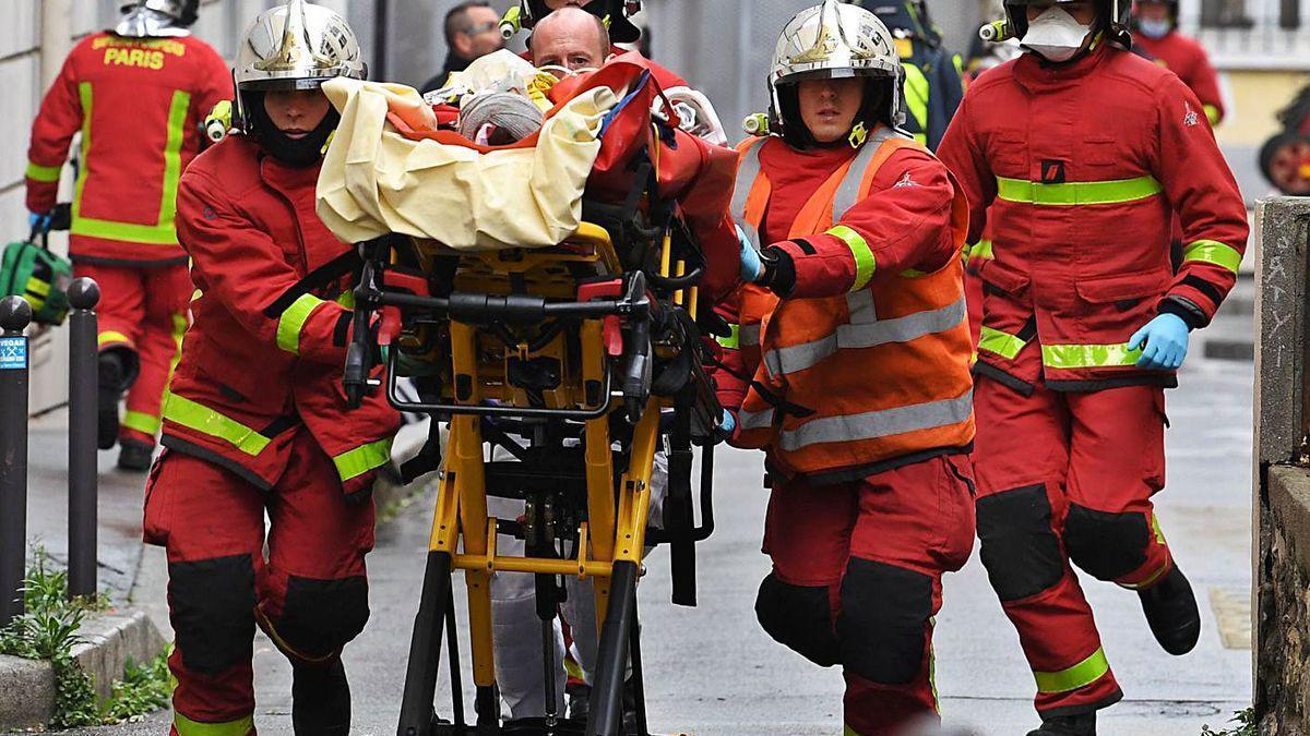 Traslado de uno de los heridos en el ataque de ayer en París.