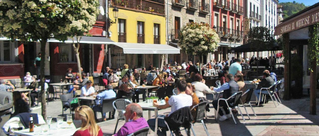 Las terrazas de la calle San Pelayo de Cangas de Onís, el domingo, atestadas de clientes. | J. M. Carbajal