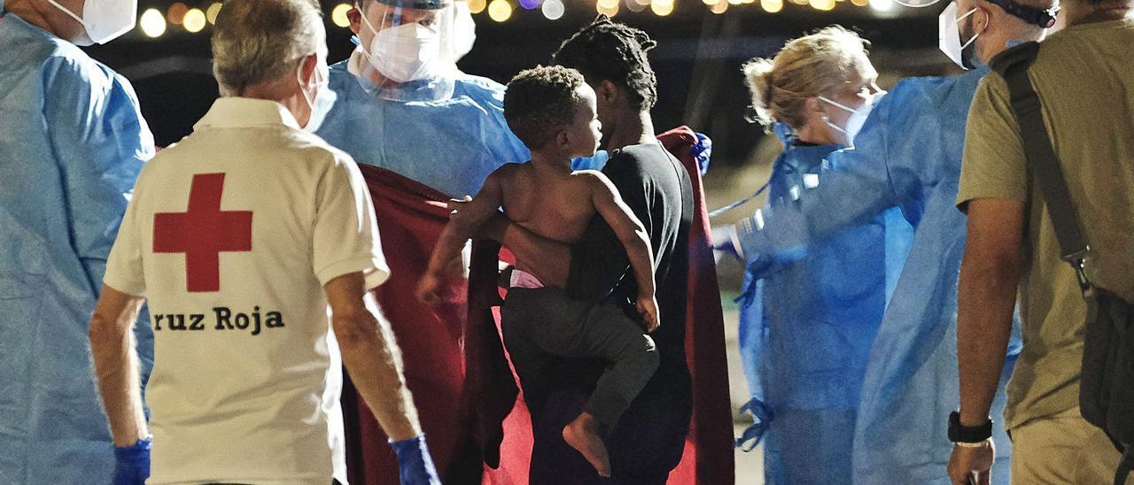 Equipos de sanitarios y de Cruz Roja atienden a varios migrantes llegados al muelle de Arguineguín. | | EFE / ÁNGEL MEDINA