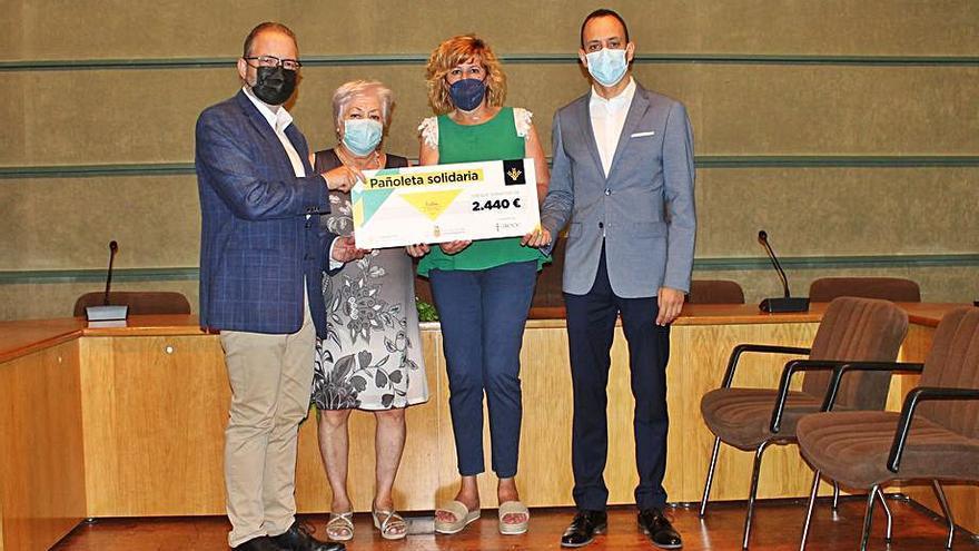 La pañoleta solidaria recauda 2.440 euros para la lucha contra el cáncer