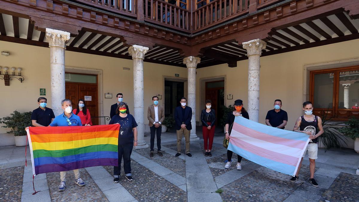 Acto de colocación de la bandera LGTBI el pasado mes de julio en la fachada de la Diputación de Valladolid.