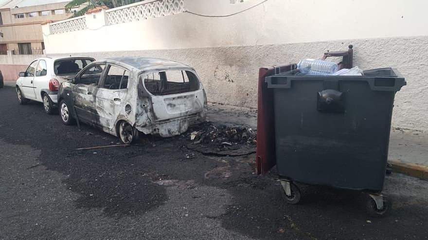 Un incendio en un contenedor calcina un vehículo en Tamaraceite
