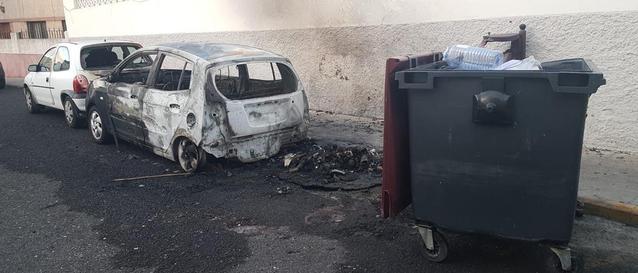 Vehículo afectado en el incendio de un contenedor en Tamaraceite esta madrugada