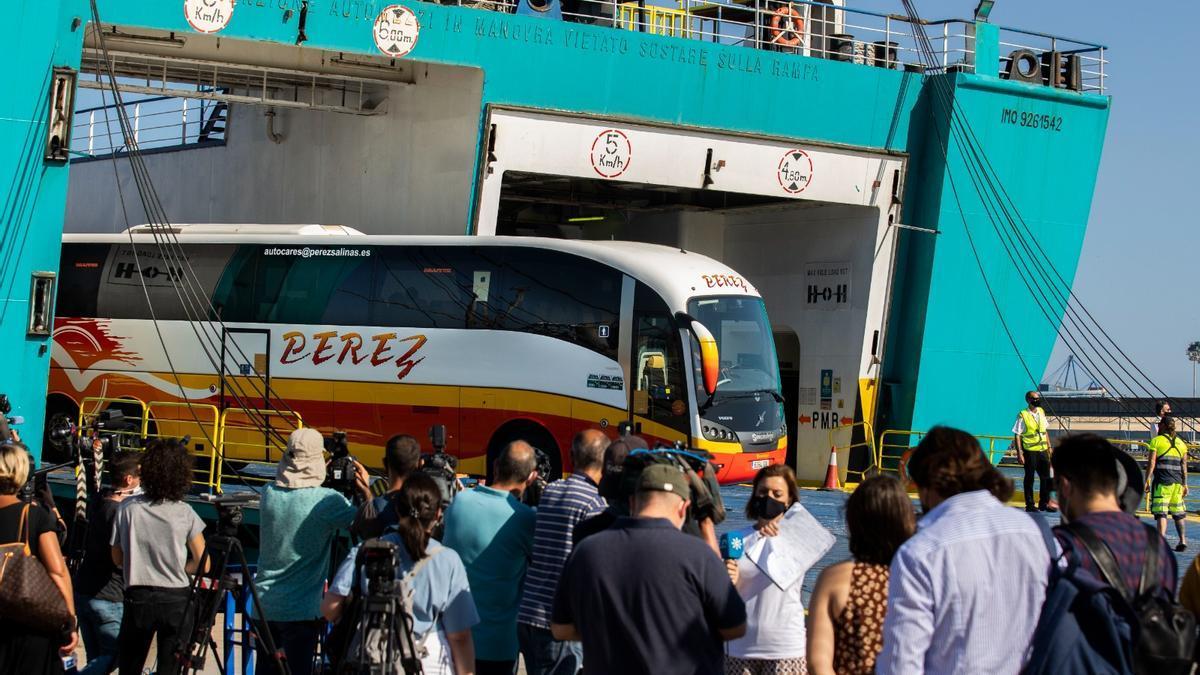 Los autobuses esperan a que los estudiantes desembarquen en el puerto de Valencia