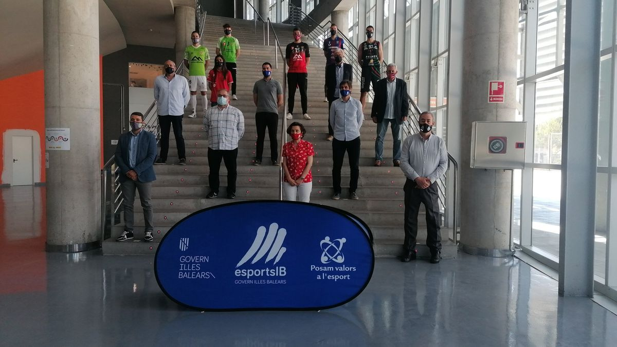 Todos los participantes del acto posan en las escaleras del Velòdrom.