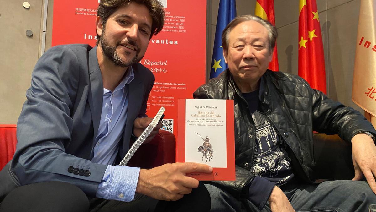 El editor del Guillermo Bravo, de la editorial Mil Gotas, y el hispanista Zhao Zhenjiang durante la presentación del libro 'Caballero Encantado' de Lin Shu (1852-1924).