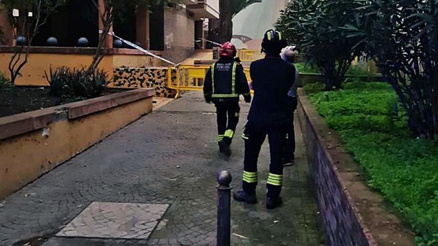 La caída de cascotes obliga a vallar  parte de un edificio de Padre Anchieta en La Laguna