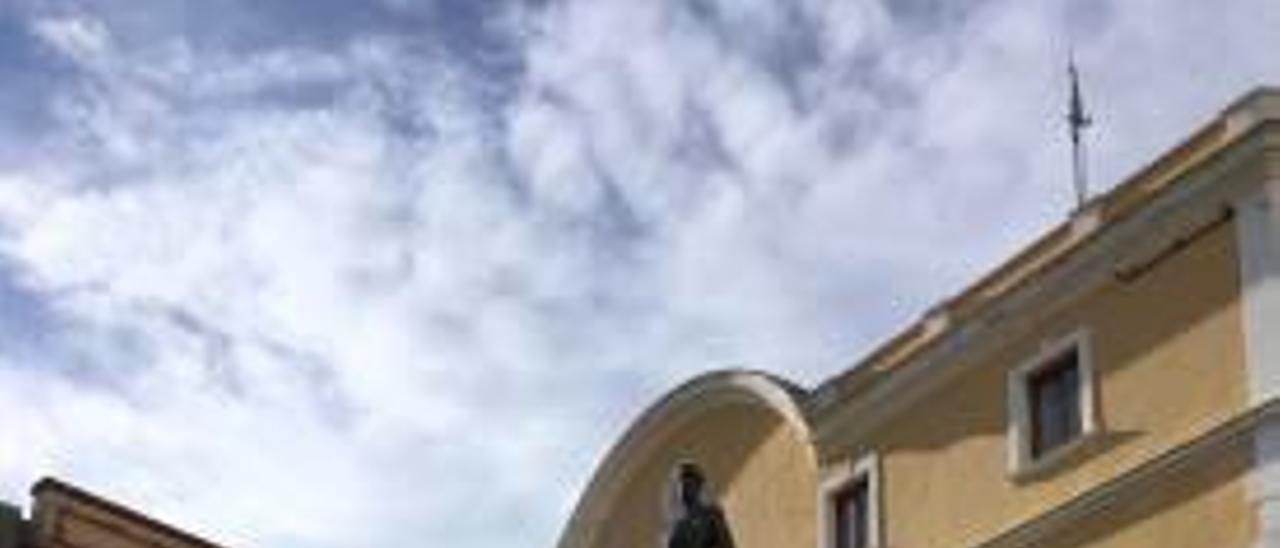 Monumento a Gabriel Ciscar en Oliva.