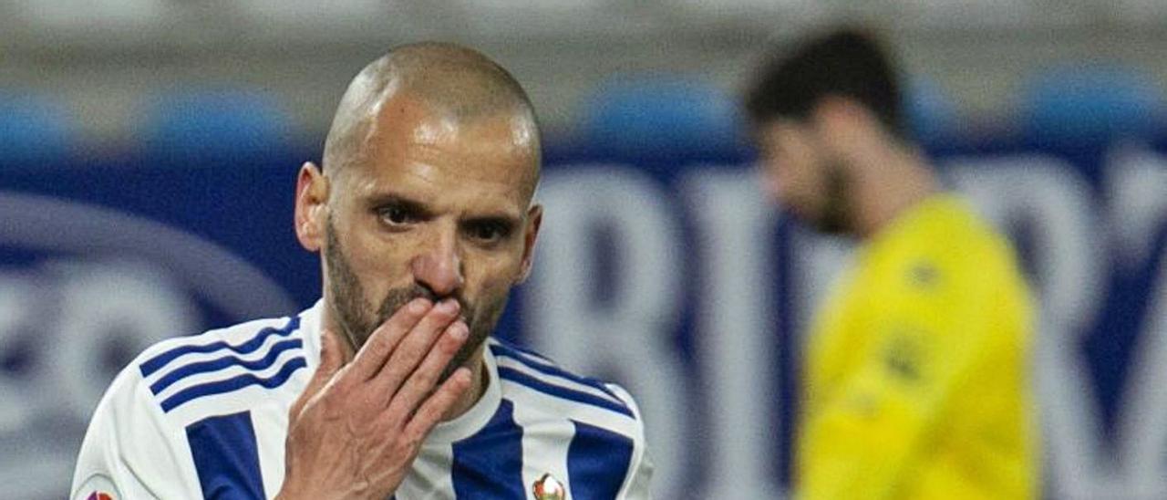Yuri de Souza Fonseca, capitán y delantero de la SD Ponferradina, celebra un tanto ante el Alcorcón en El Toralín.      LALIGA.ES