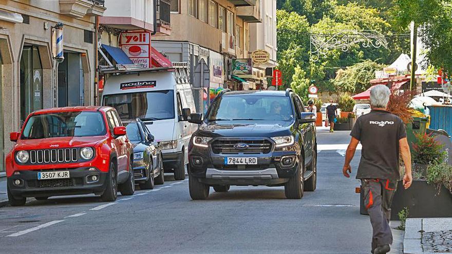 Coches aparcan en Arzobispo Lago pese a estar prohibido