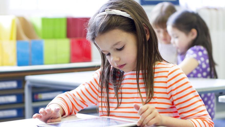 Los riesgos de usar tablets en el colegio para niños y padres