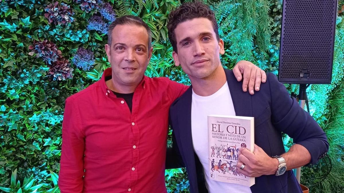 El investigador extremeño David Porrinas junto al protagonista de la serie, el actor Jaime Lorente.