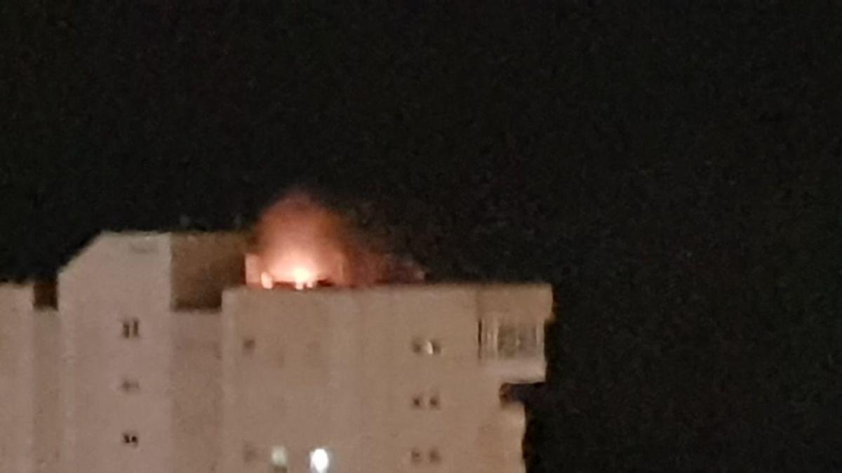 Un rayo impacta contra un rascacielos de Benidorm y provoca un incendio.