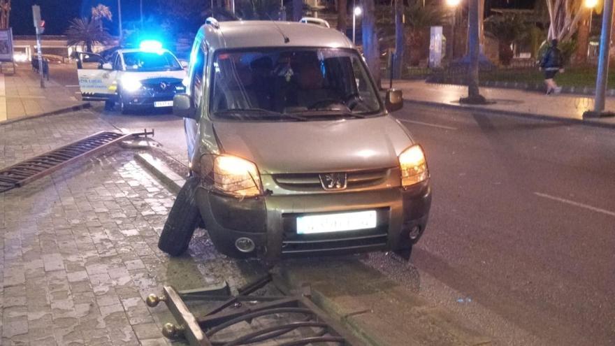 Un coche impacta contra la valla del Hotel Parque