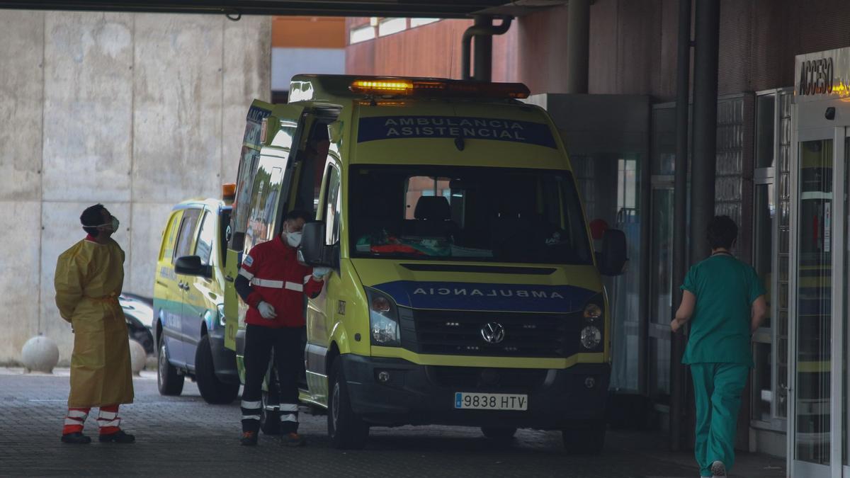 Sigue la última hora del coronavirus en Zamora. En la imagen, personal sanitario a las puertas del Hospital Virgen de la Concha.