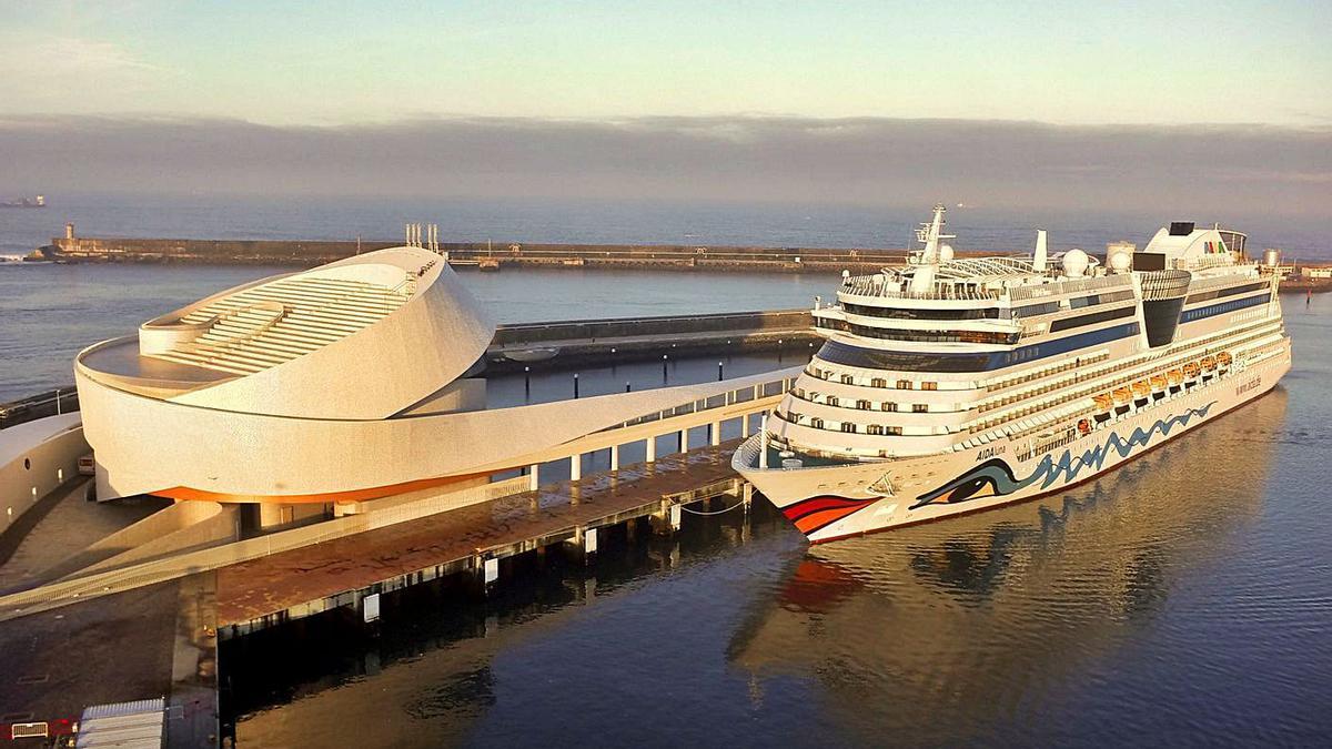 Un crucero junto a la terminal de Matosinhos.  | // PORTO DE LEIXOES