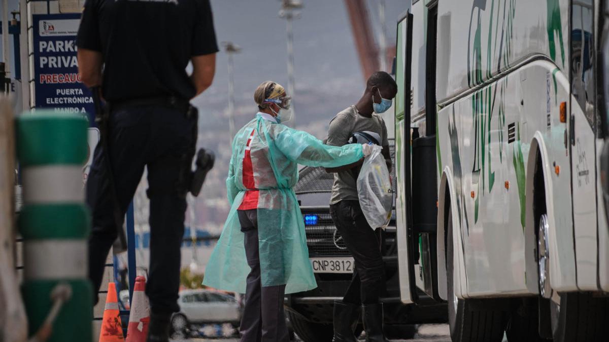 Traslado de inmigrantes a la Dársena Pesquera.