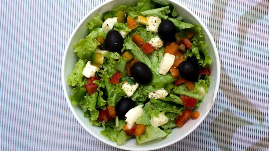 Prepara en 10 minutos esta sencilla ensalada de boniato y tomates, exótica y saludable