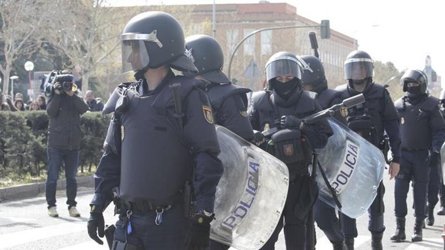 El juez retira la imputación a cinco de los seis policías que entraron con un ariete en un piso de Madrid