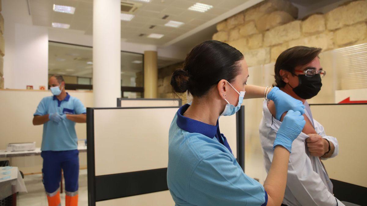 Un cordobés se vacuna en el punto establecido en el Ayuntamiento.