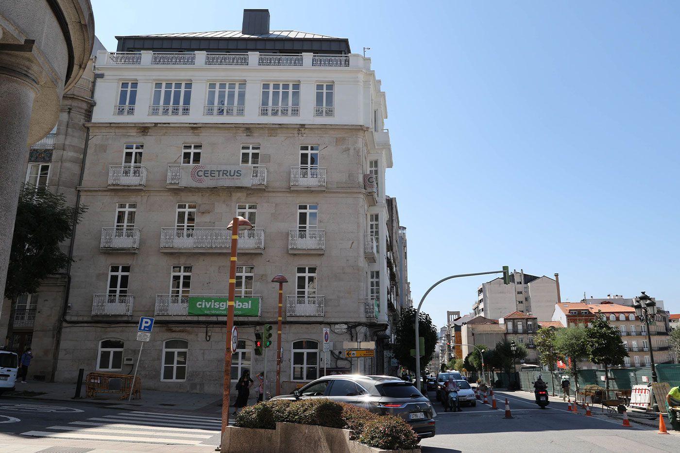 Parte superior del nuevo hotel rehabilitado por Ceetrus frente al complejo Vialia