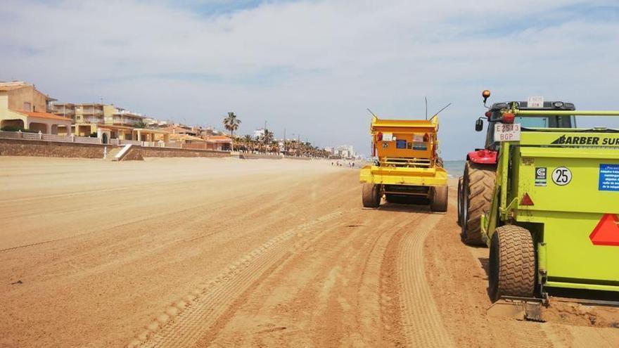 La Diputación limpia la playa del Mareny de Barraquetes
