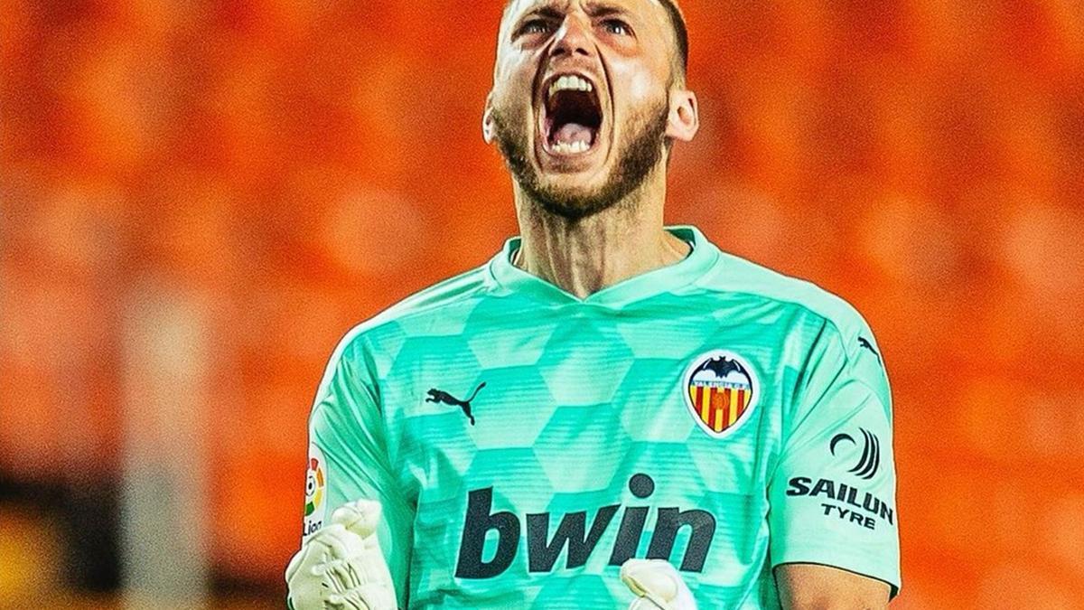 Cillessen festeja con rabia el gol de Vallejo.  lázaro de la peña/vcf