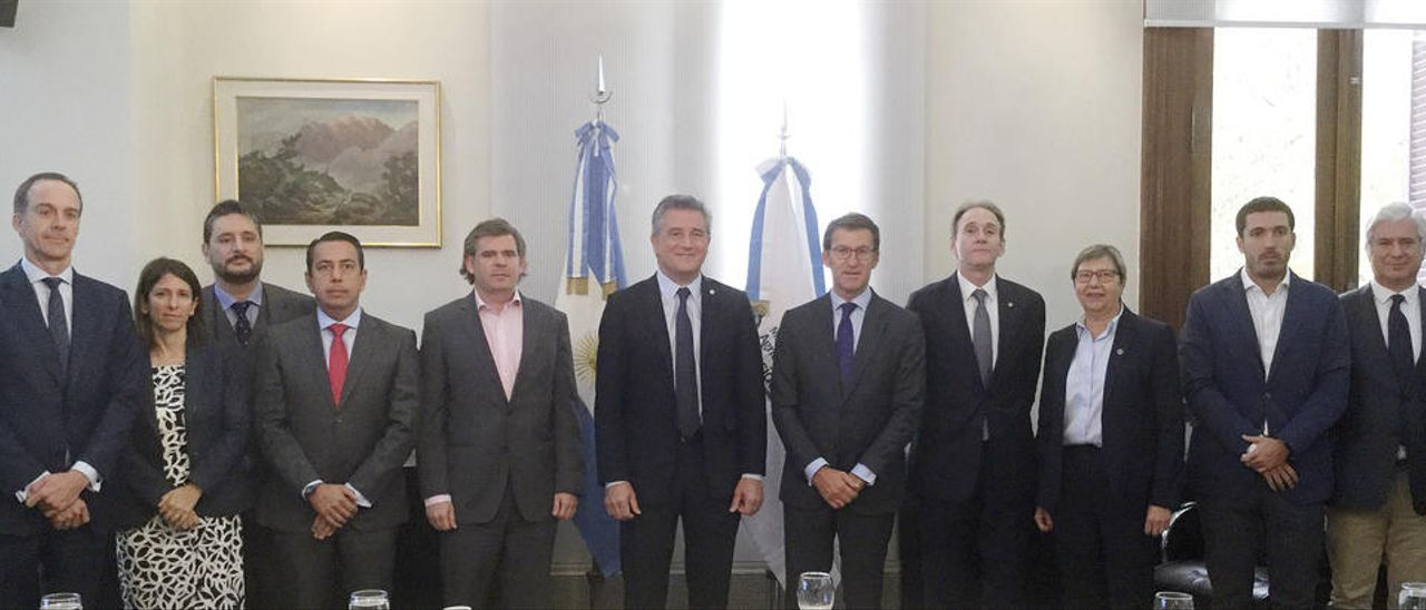 Feijóo, con el ministro Luis Miguel Etchevehere, el subsecretario de Pesca Juan Bosch y representantes del sector pesquero. // FdV