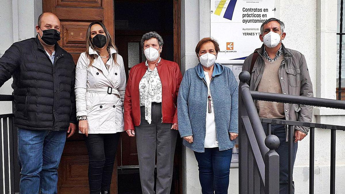 Por la izquierda, el concejal José Manuel Patallo, la consejera Rita Camblor, la alcaldesa, María Díaz; la edil Lidia Quirós y el director de Administración Local, Manuel Calvo, ayer, en Villabre.