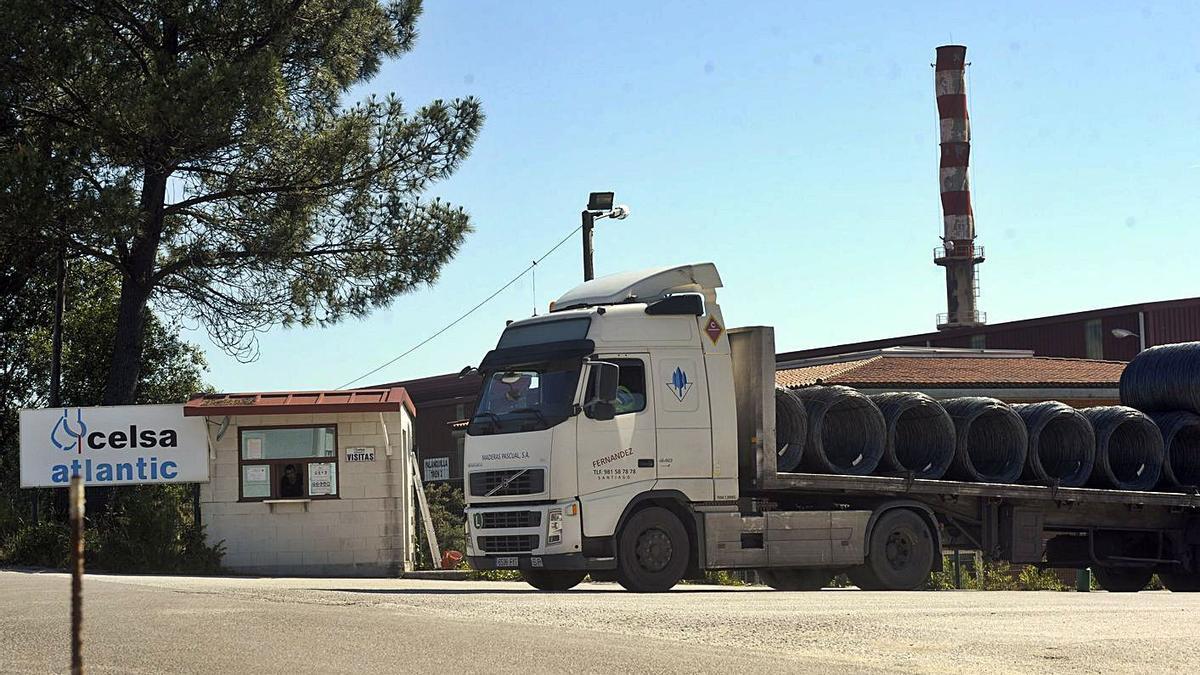 Un camión con alambrón sale de la planta de Celsa Atlantic, en A Laracha. |   // VÍCTOR ECHAVE