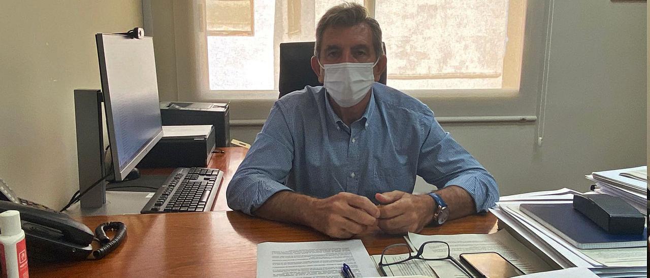 El director del Centro de Salud Púbica de Alzira, José Añó, en su despacho en el ambulatorio de la calle La Paz.   RUBÉN SEBASTIÁN