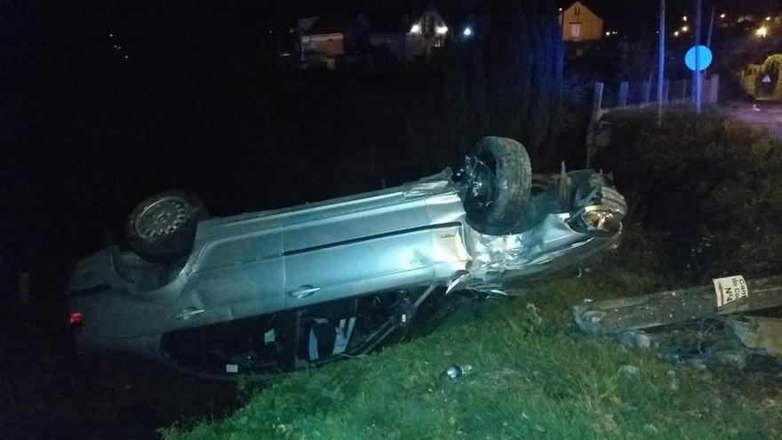 Un conductor se da a la fuga tras volcar con su coche en Mos