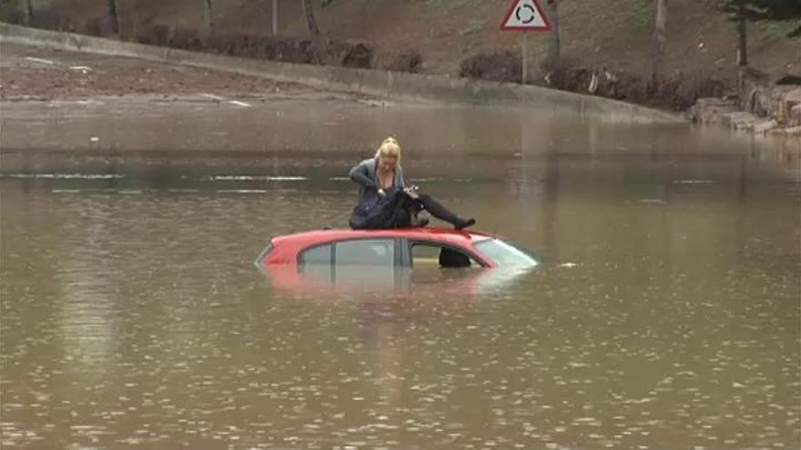 Una mujer se salva de hundirse con su coche en el Port de Sagunt